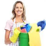 kobieta trzymająca środki czystości